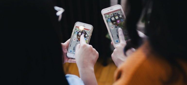 girls with smartphones
