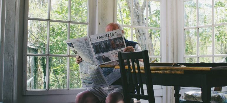 senior reading the newspapers