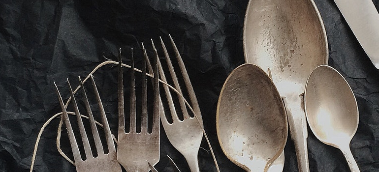 cutlery as a part of pack and move silverware guide